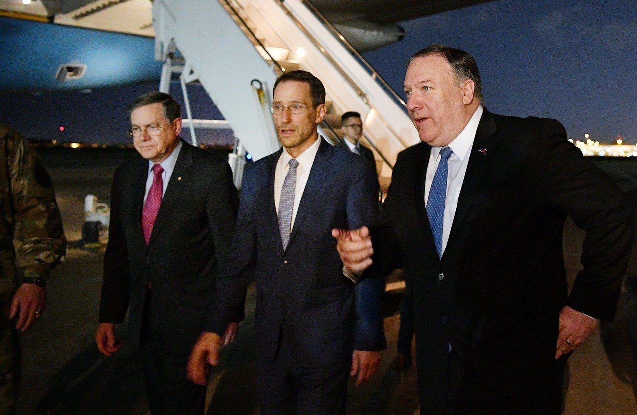 美國國務卿龐培歐(右)7日突然取消原訂訪問德國行程,飛抵伊拉克首都巴格達。(路透...