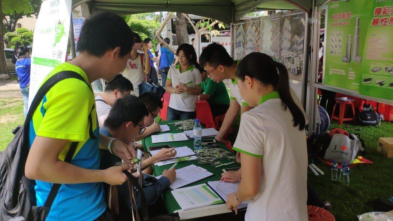 不少社會新鮮人來填寫履歷。記者李京昇/攝影