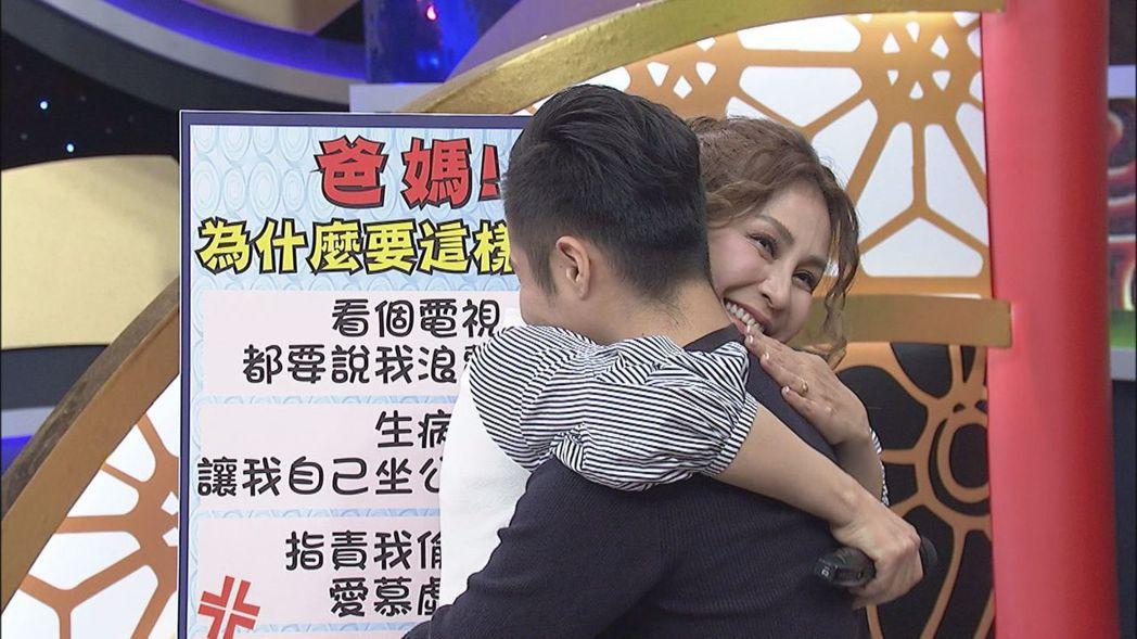 梁佑南(左)向兒子方璿擁抱道歉。圖/中天提供