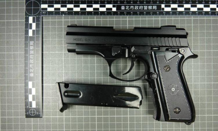 士林夜市的置物櫃被人發現改造槍枝。記者蕭雅娟/翻攝