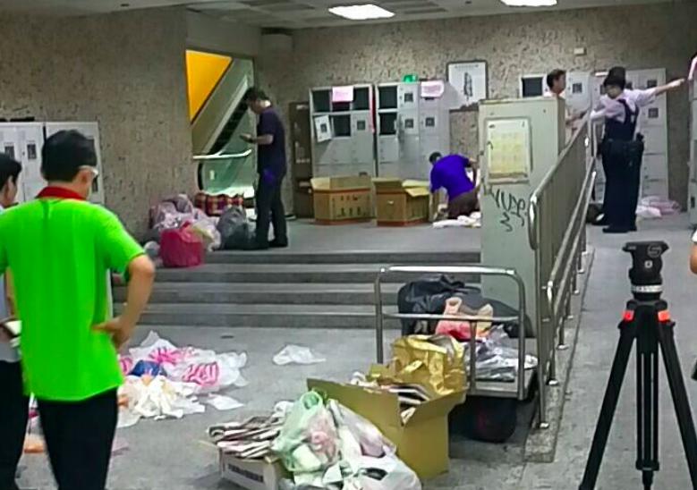 士林夜市地下美食街2個投幣式置物櫃發現槍彈。記者蕭雅娟/翻攝