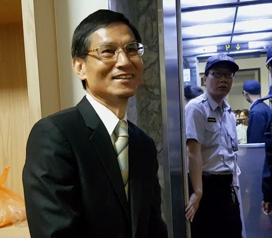 行政院政務委員林萬億表示,自己也是大學教授,也是被改革的一員,每月將減少3萬多元...