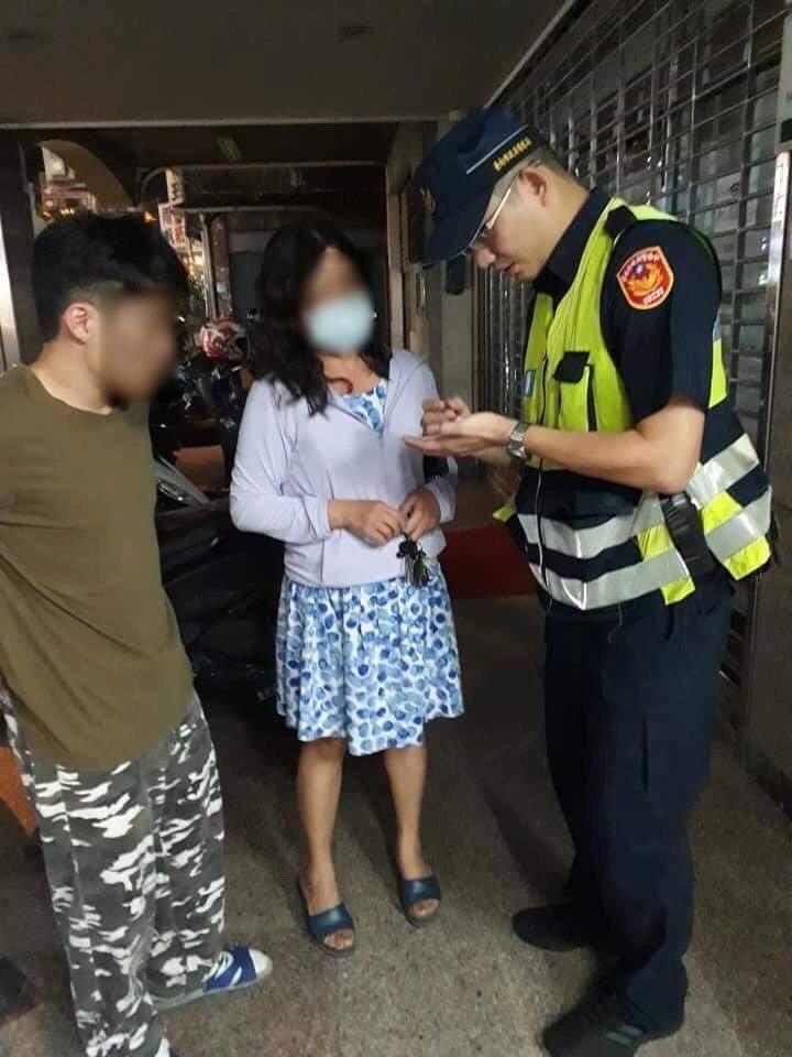 女子險遭詐騙,被機警員警勸阻。圖/歸仁分局提供