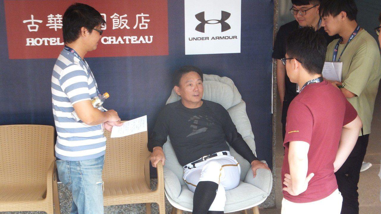 猿隊上半季排名暫居第一,總教練洪一中(中)不敢掉以輕心。記者藍宗標/攝影