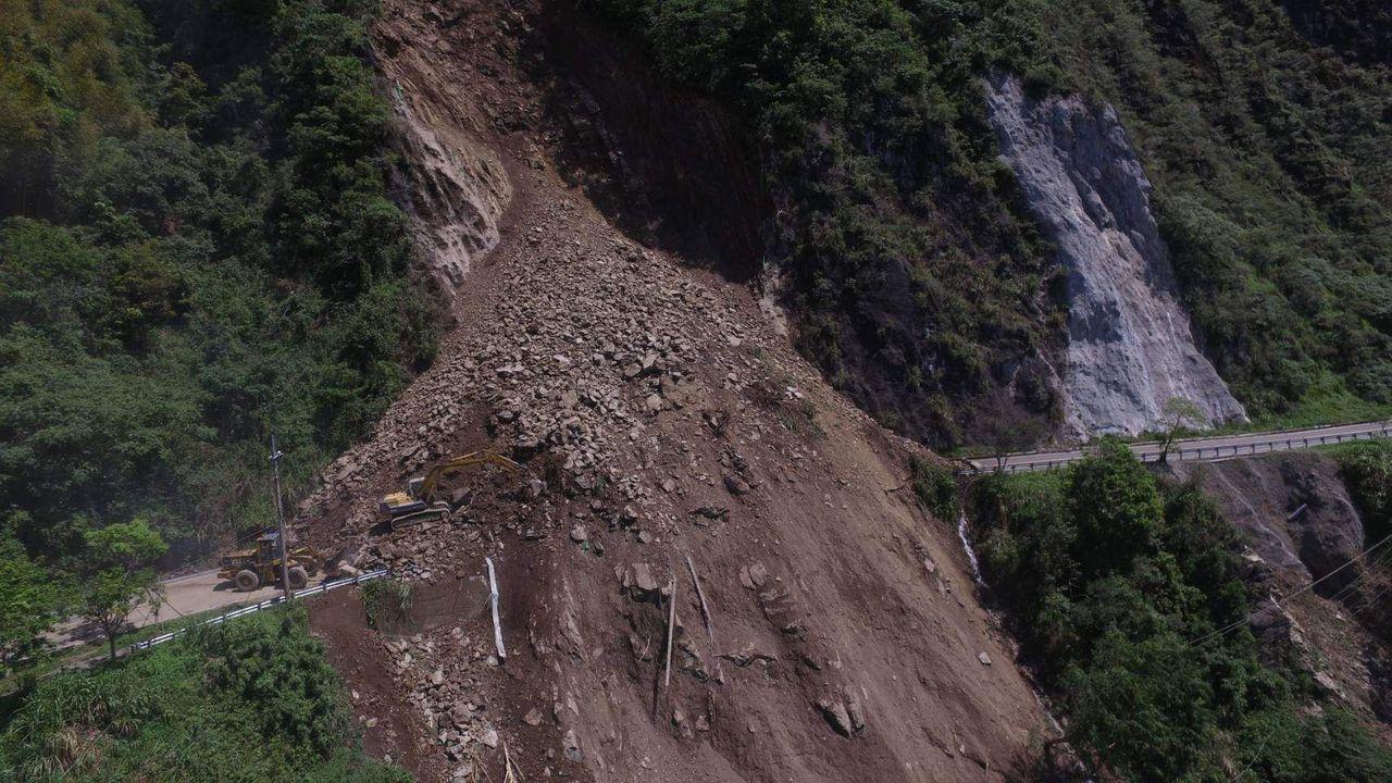 台18線阿里山公路78.3公里處,昨天凌晨5時許,因邊坡落石造成雙向交通阻斷,無...