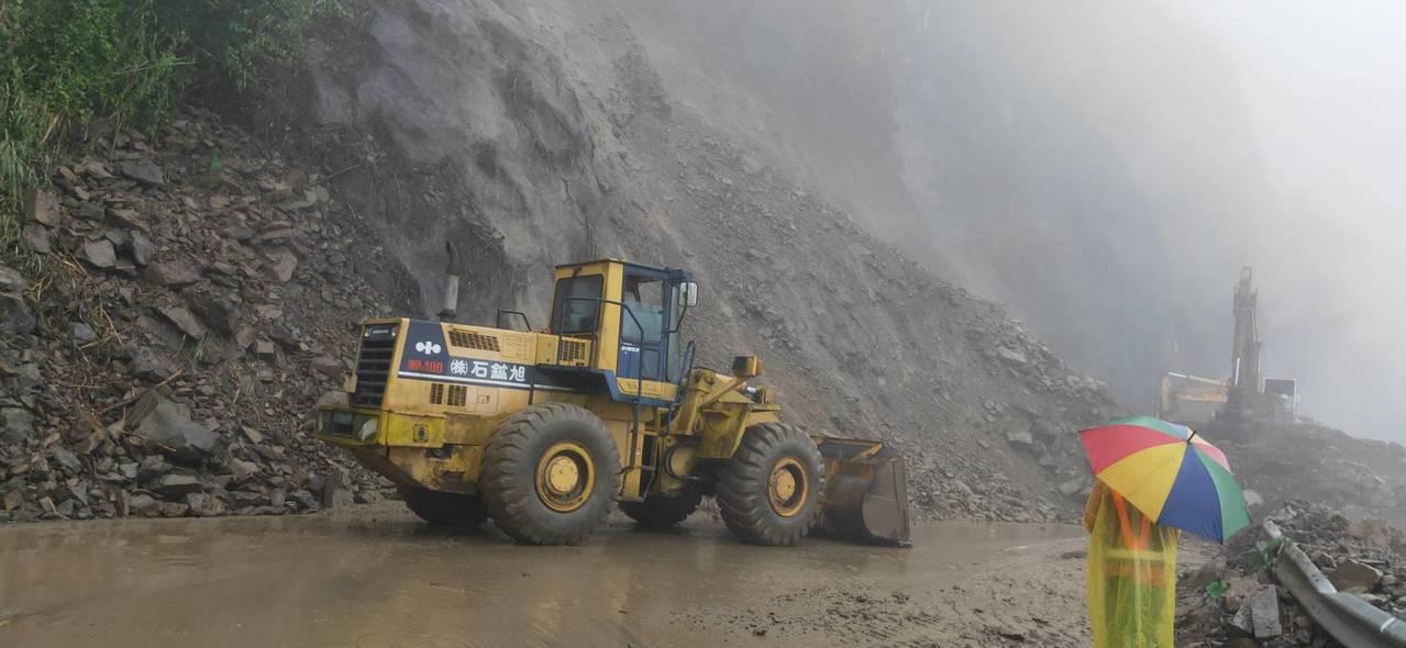 阿里山工務段表示,岩塊太大、人工、機具都無法挖動,需使用破碎機打碎才能挖除,工程...