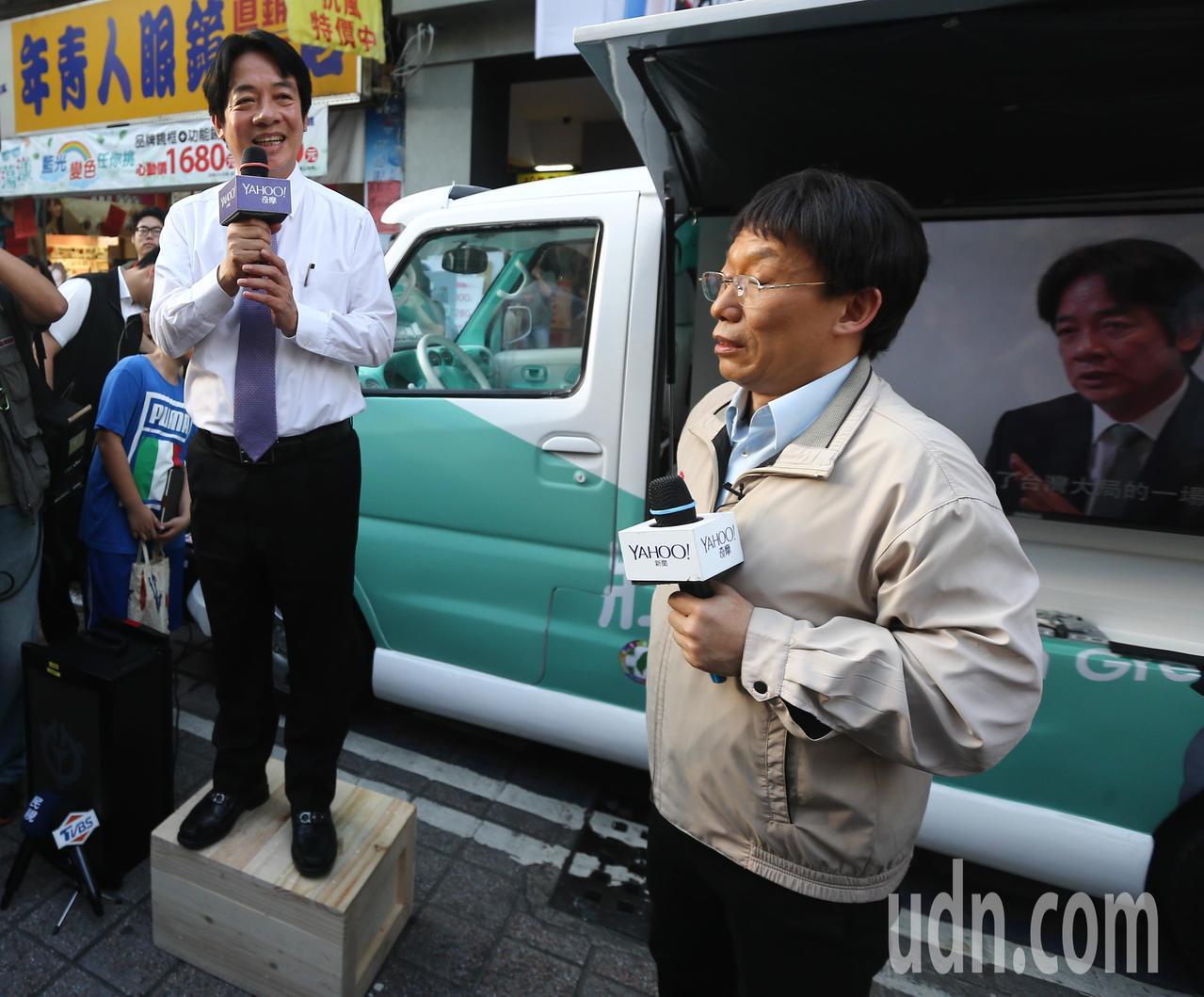 行政院前院長賴清德(左)前往逢甲夜市站在肥皂箱開講自己的參選理念 。記者黃仲裕/...