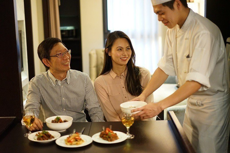 六福居推出的「五星主廚到你家」住房專案,主廚到房內親自料理給旅客品嘗。圖/六福旅...