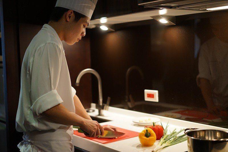 五星飯店主廚在套房內親自料理,提供桌邊料理服務。圖/六福旅遊集團提供