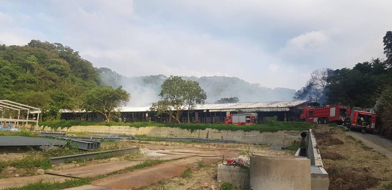 苗栗縣造橋鄉一家養雞場發生大火,火勢一發不可收拾。圖/苗栗縣消防局提供