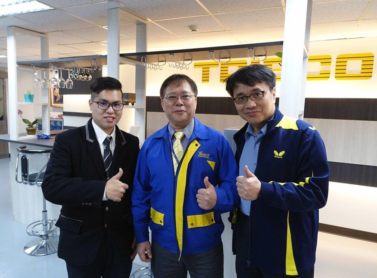 龍華科大國企系林為中老師(右),指導學生參加 TRISCO數位行銷百萬創業競賽,...
