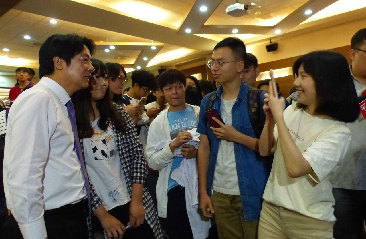 前行政院長賴清德(左一)今天下午應邀對中山醫學大學學生演講「醫學與人生」,學生爭...