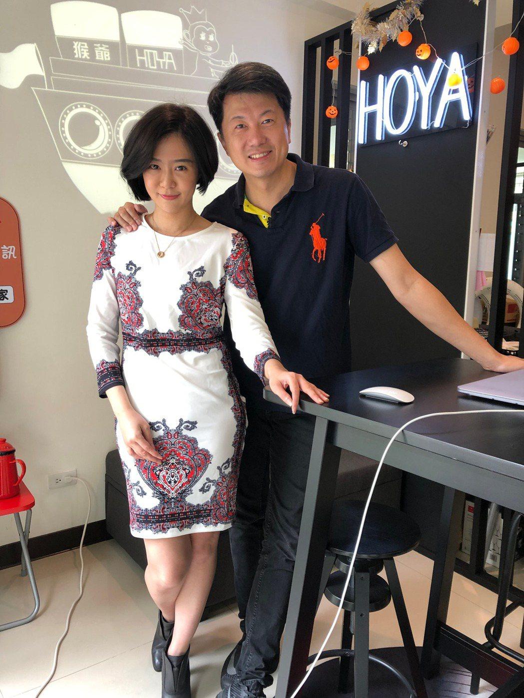 文汶(左)和吳皓昇夫妻檔上直播節目。圖/民視提供