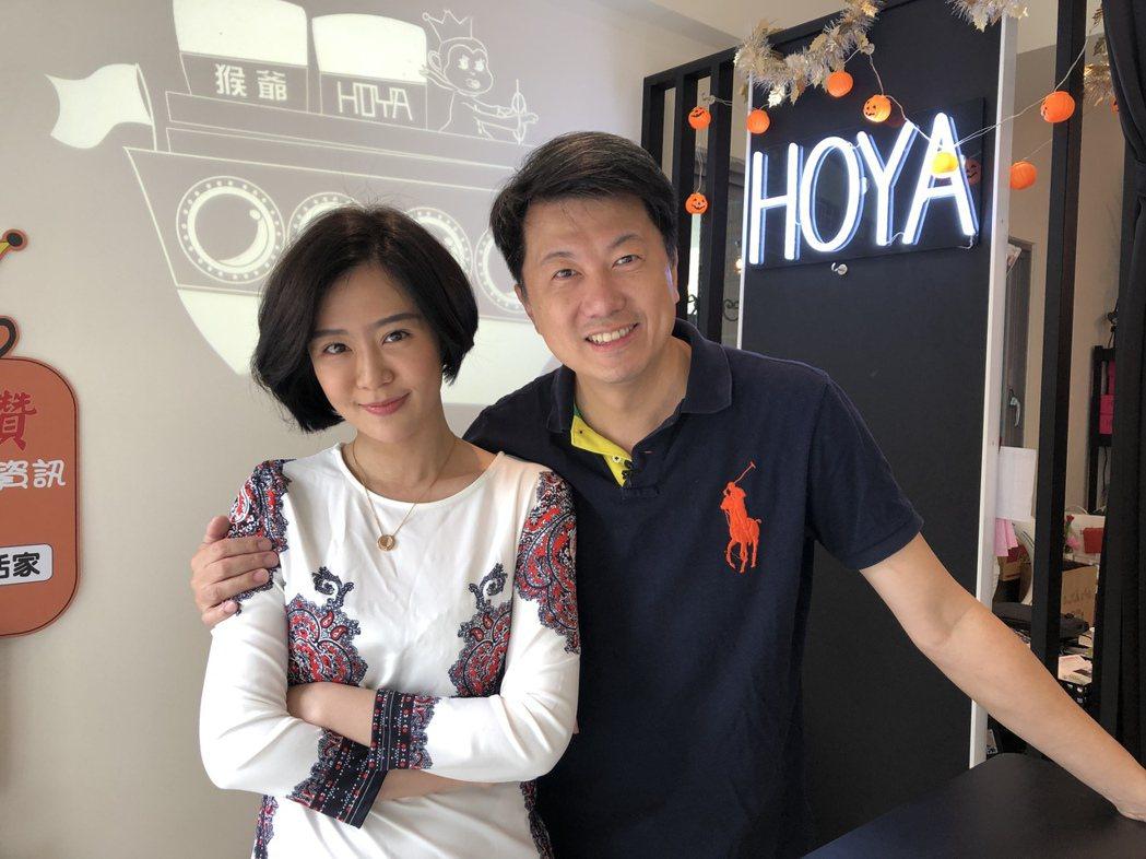 文汶(左)和吳皓昇夫妻檔上直播節。圖/民視提供