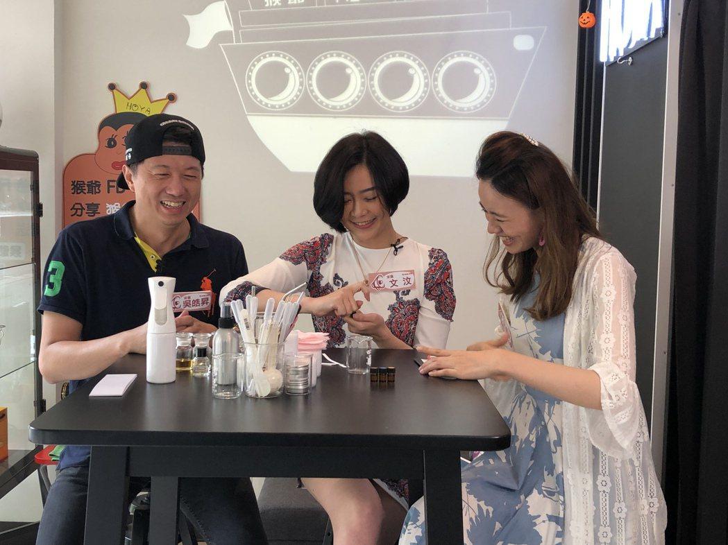 文汶(中)和吳皓昇(左)夫妻檔上直播節目  圖/民視提供