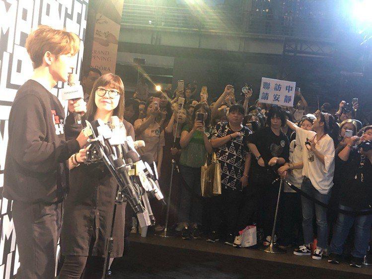 李準基的粉絲們在現場舉牌「聯訪中請安靜」,或是「請大家站在安全位置」,相當守秩序...