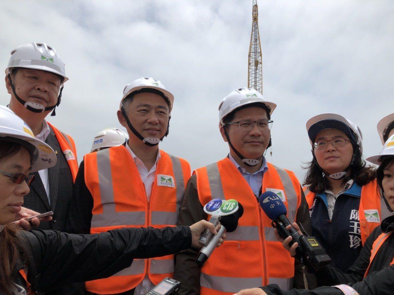 交通部長林佳龍(右二)首度視察金門大橋,在受訪時表示,期許這座全台首座跨海大橋成...