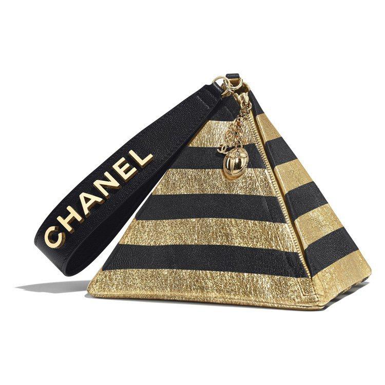 黑金色條紋金字塔造型晚宴包,11萬3,900元。圖/香奈兒提供