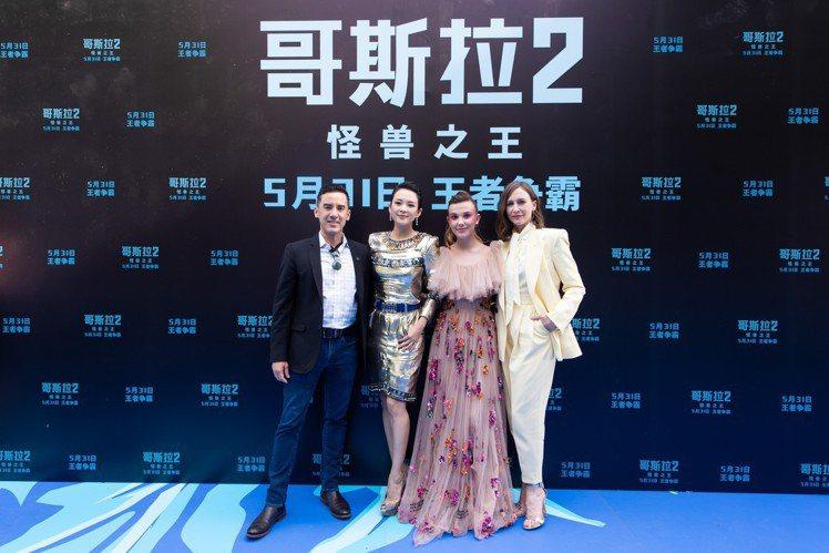 章子怡(左二)日前在《哥吉拉II:怪獸之王》北京首映會中,穿香奈兒2018/19...