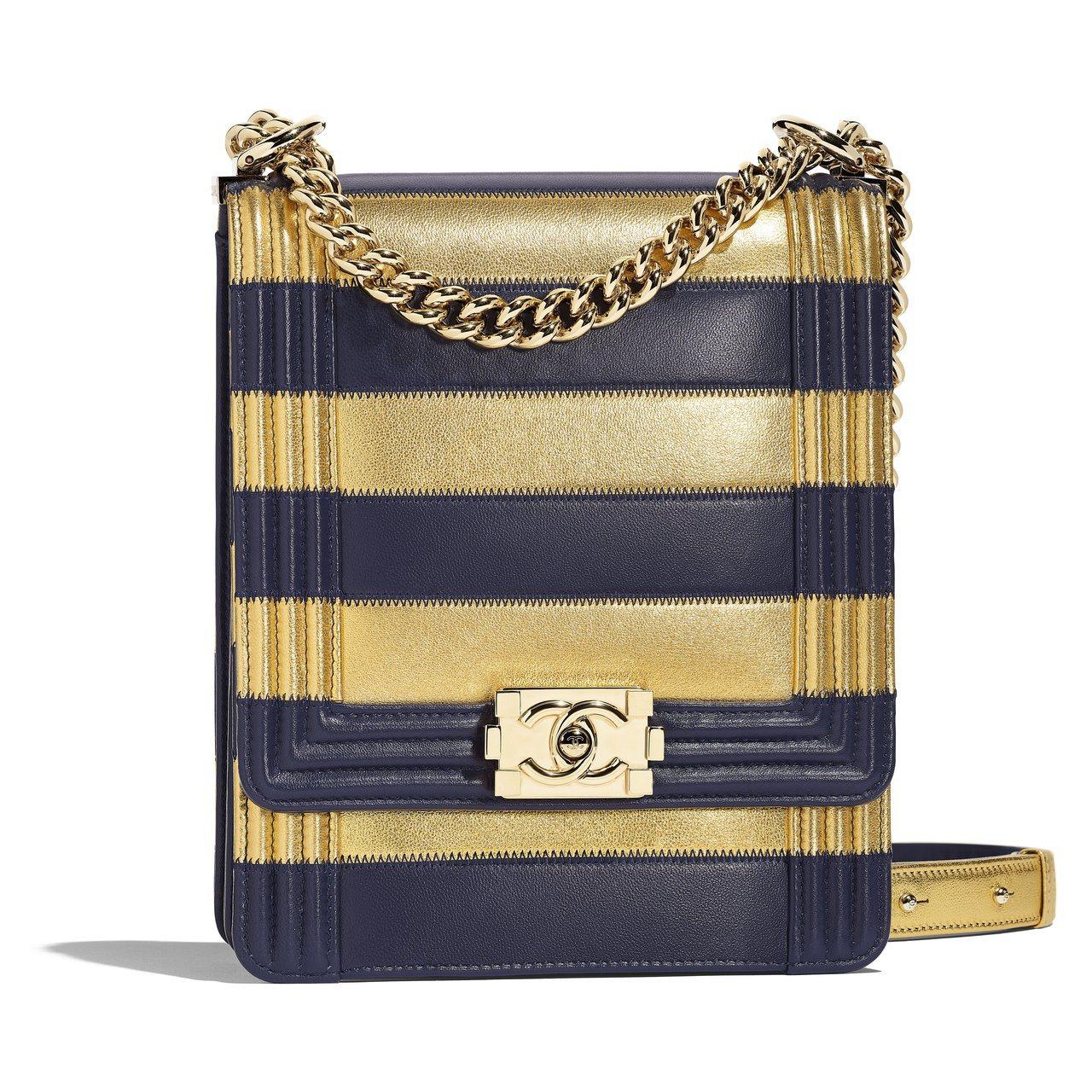 金色海軍藍條紋長型BOY CHANEL包,17萬5,700元。圖/香奈兒提供