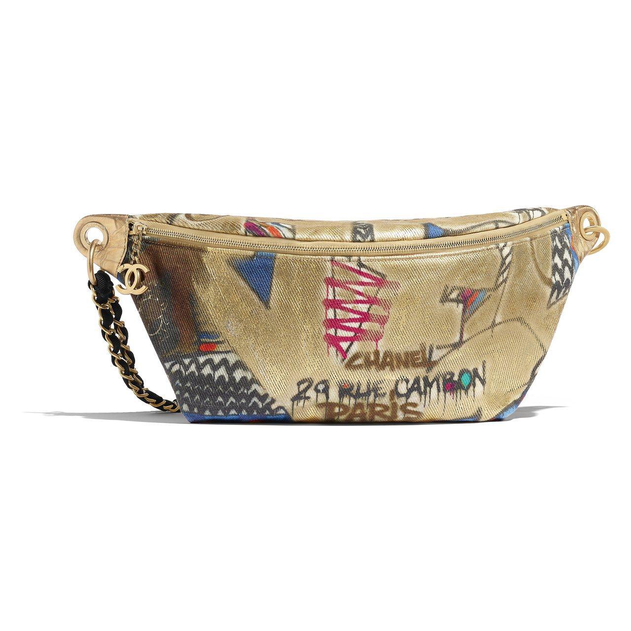 金色塗鴉鍊帶腰包,95,600元。圖/香奈兒提供