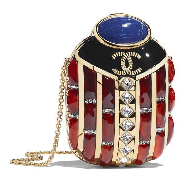 紅藍水晶鑲飾樹脂黃金聖甲蟲造型晚宴包,64萬3,100元。圖/香奈兒提供