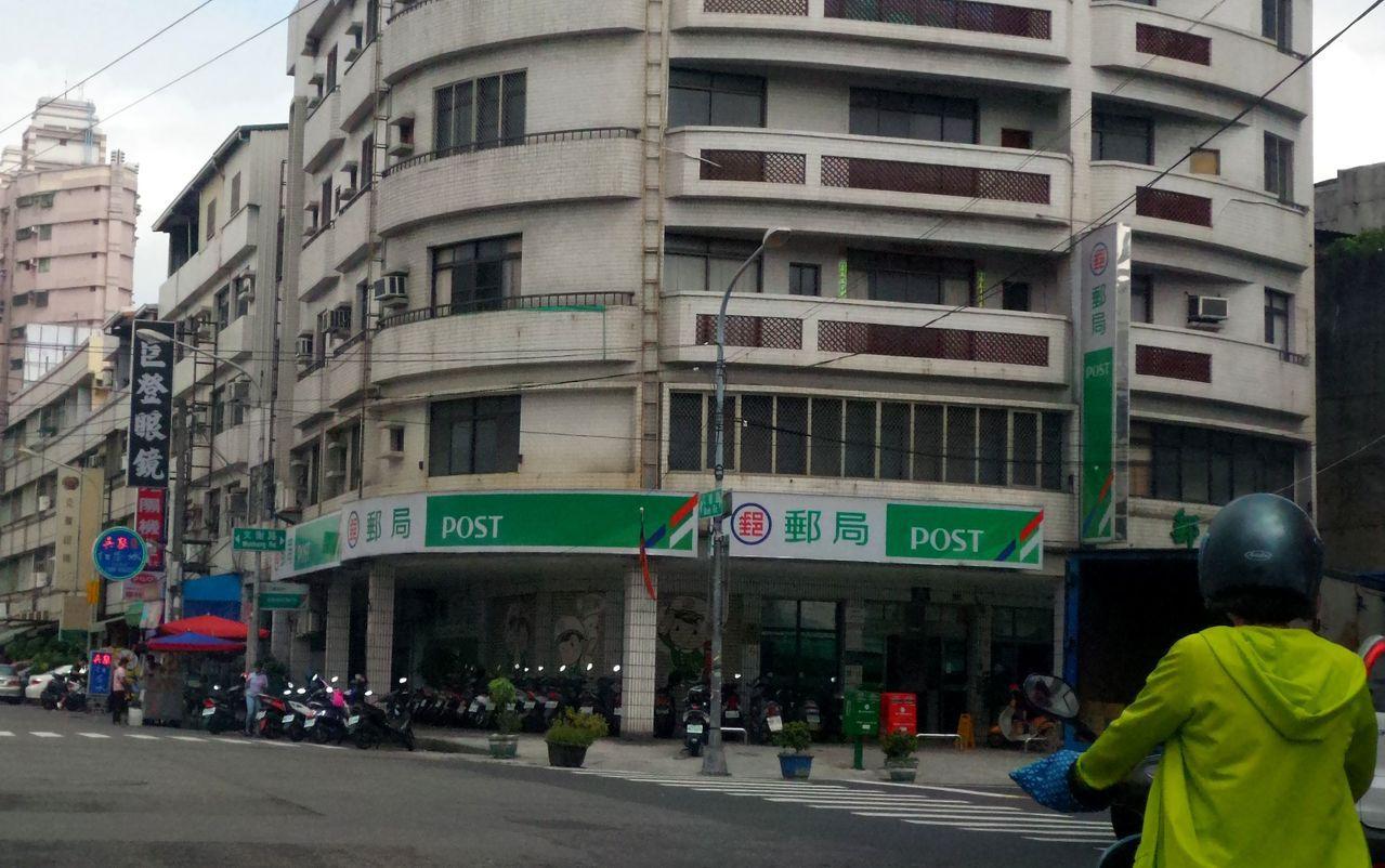 警方查出劉女騎機車放文山郵局後,獨自走去工地。記者林保光/攝影