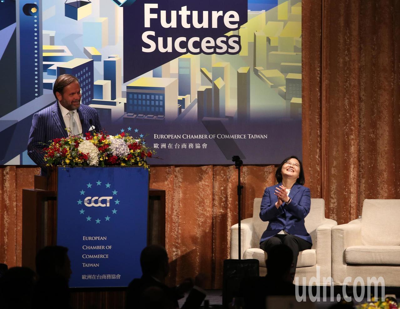 歐洲商會理事長尹容(左)晚間在「2019歐洲日晚宴」致詞時,用中文說出「綠能要起...