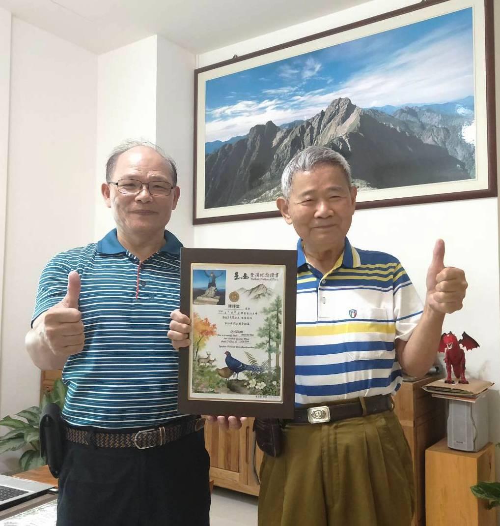 彰化縣88歲又罹癌四期的電子公司董事長陳輝堂(右),在員林市有名的登山嚮導吳金倉...