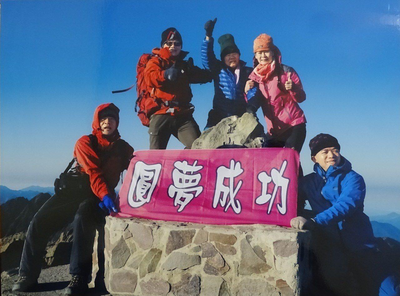 88歲的電子公司董事長陳輝堂(中)去年確診罹癌第四期,經1年多接受治療和不斷登山...