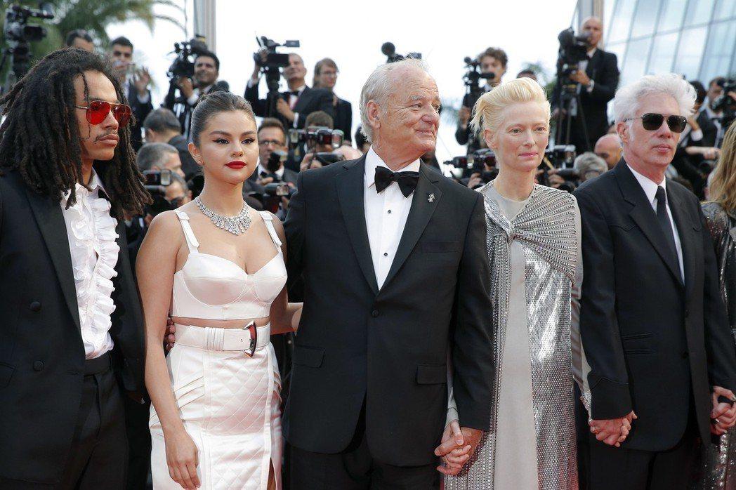 坎城開幕片「喪屍未逝」導演賈木許(右起)和主要演員蒂妲史雲頓、比爾莫瑞、席琳娜、...