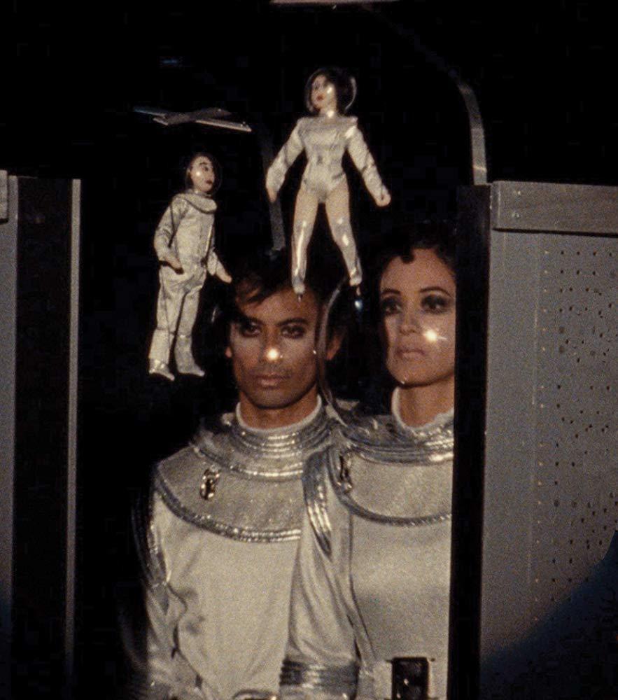 Janet與George在「麵包工廠首部曲」中的太空人造型相當奇特。圖/摘自im...