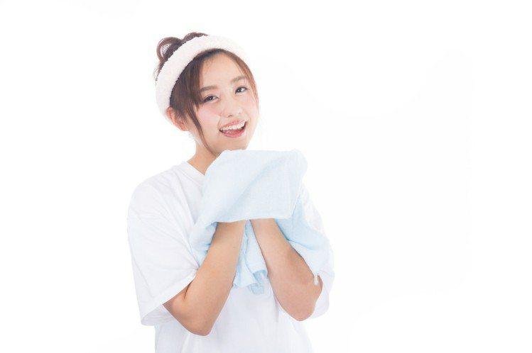 使用白醋洗臉,適當的水溫也非常重要。圖/摘自pakutaso