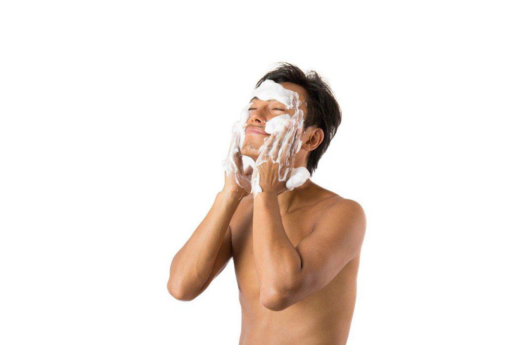 白醋為弱酸性物質,對於角質代謝、明亮肌膚有不錯的效果。圖/摘自pakutaso