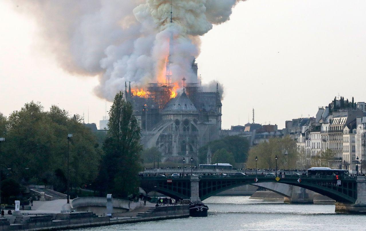 巴黎聖母院上月15日發生大火,烈焰與濃煙直衝天際。(法新社)
