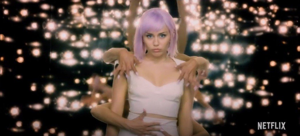 麥莉在「黑鏡」第5季又有歌舞表演。圖/翻攝自YouTube