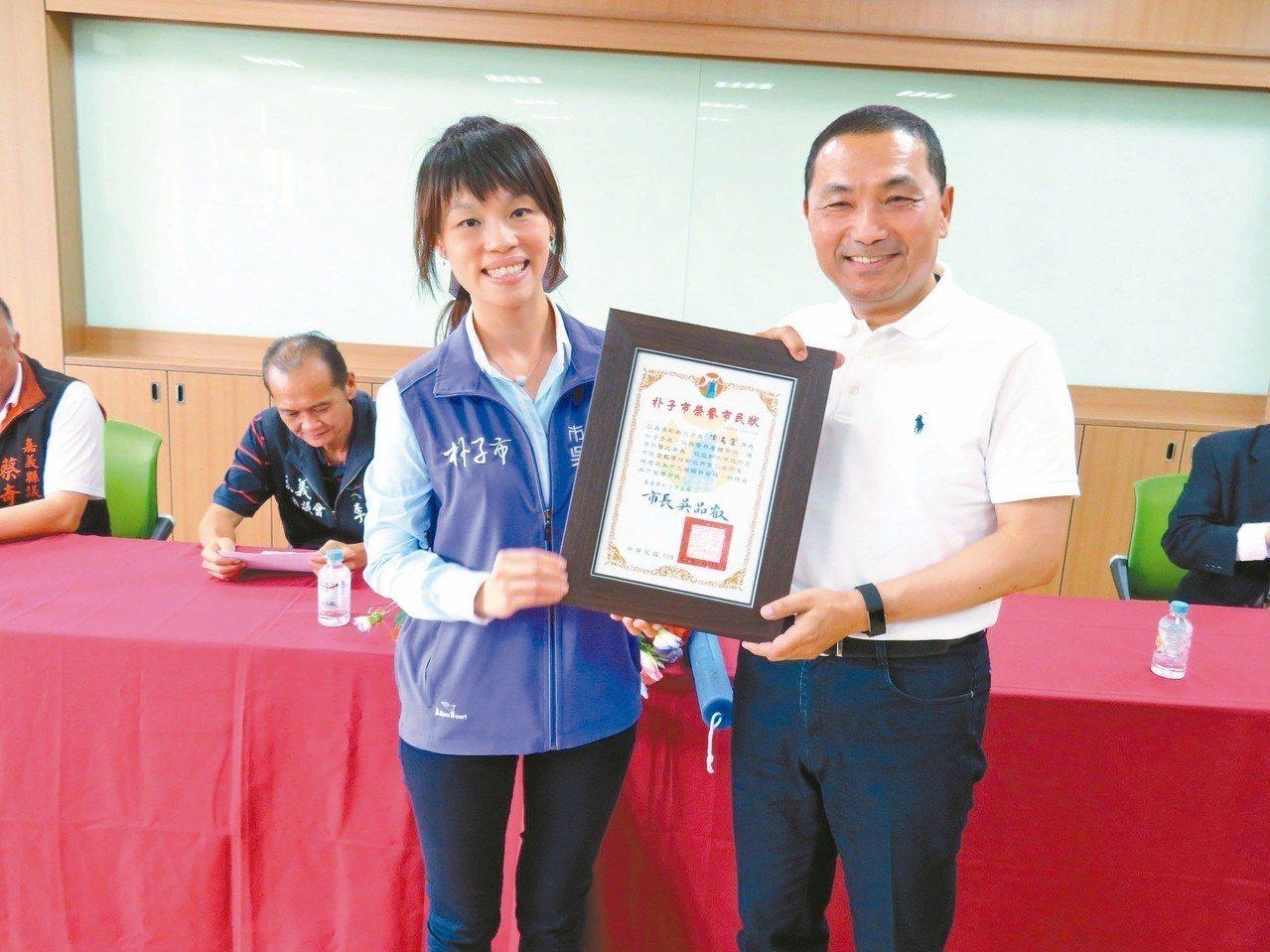 朴子市長吳品叡(左)送榮譽市民狀給新北市長侯友宜(右)。 記者魯永明/攝影