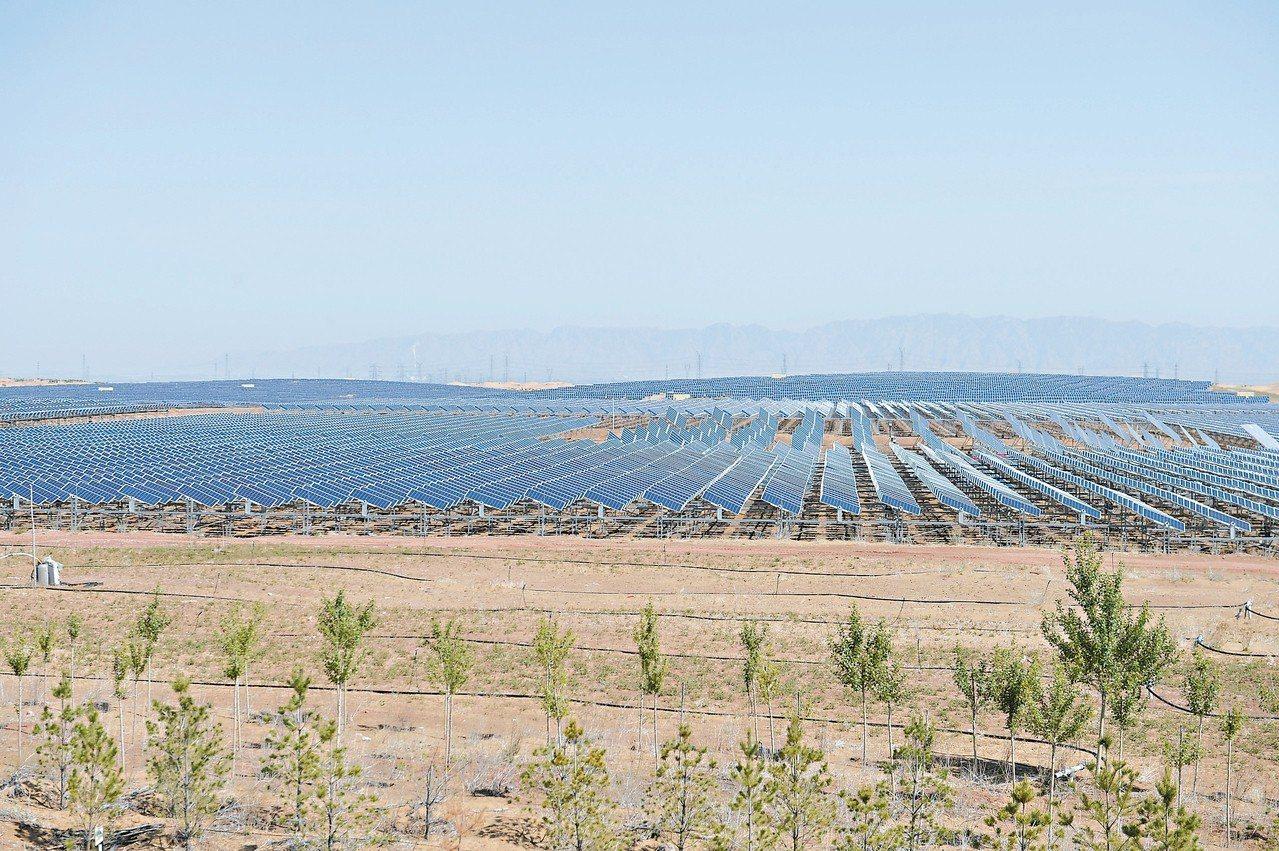 庫布其沙漠內的生態太陽能光伏光熱治沙綜合示範項目,形成「板上發電、板下種植、板間...