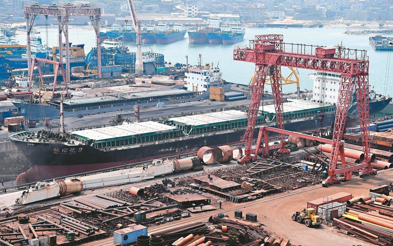 福建平潭一造船廠正在建造和改造中的船舶。 (中新社資料照片)