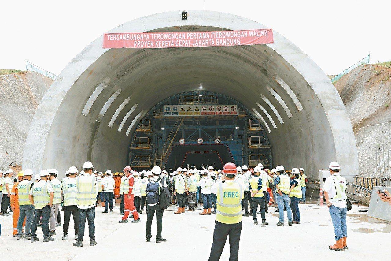 印尼雅萬高鐵瓦利尼隧道貫通,為該路線首條貫通隧道,標誌雅萬高鐵建設進入全面提速階...