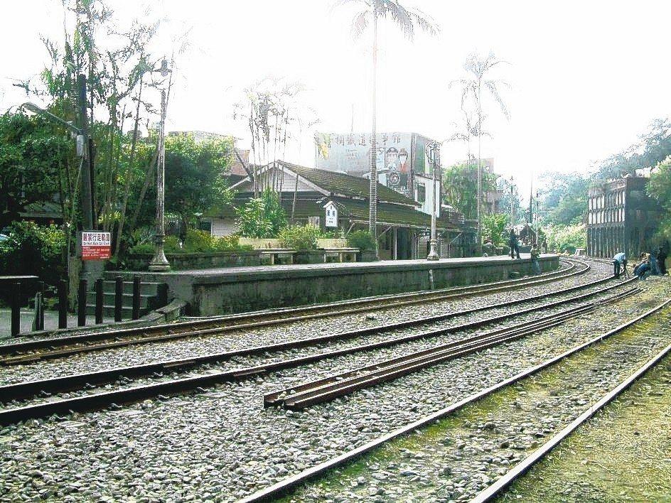 針對菁桐火車站月台延長案,台鐵昨晚表示為順應地方民意,以保存古蹟車站、月台及軌道...