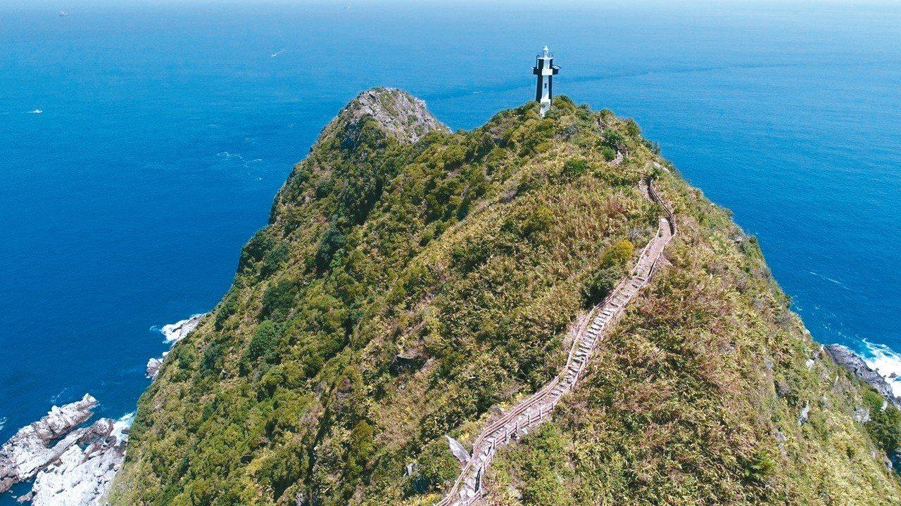 基隆嶼擁有豐富自然景觀與海洋資源,海拔189.3公尺的基隆嶼燈塔,是台灣最早使用...