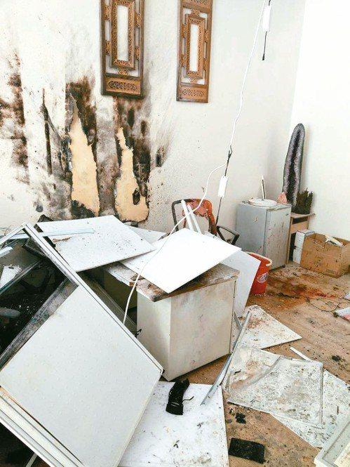 高雄市某建築設計公司內疑發生包裹爆炸,公司內一片狼藉。 記者林保光/翻攝