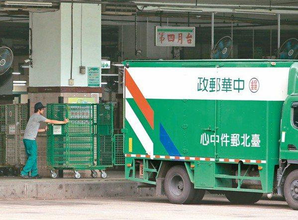中華郵政公司智慧物流園區案爆發爭議,政院要求董事長、總經理下台負責。 記者林澔一...