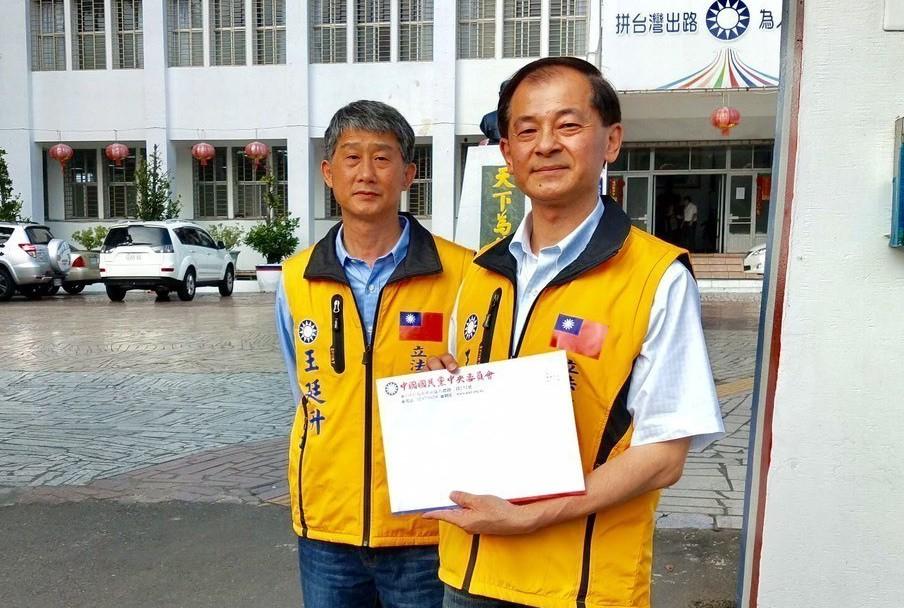 國民黨花蓮立委黨內初選擬參選人王廷升(右)。圖/王廷升提供