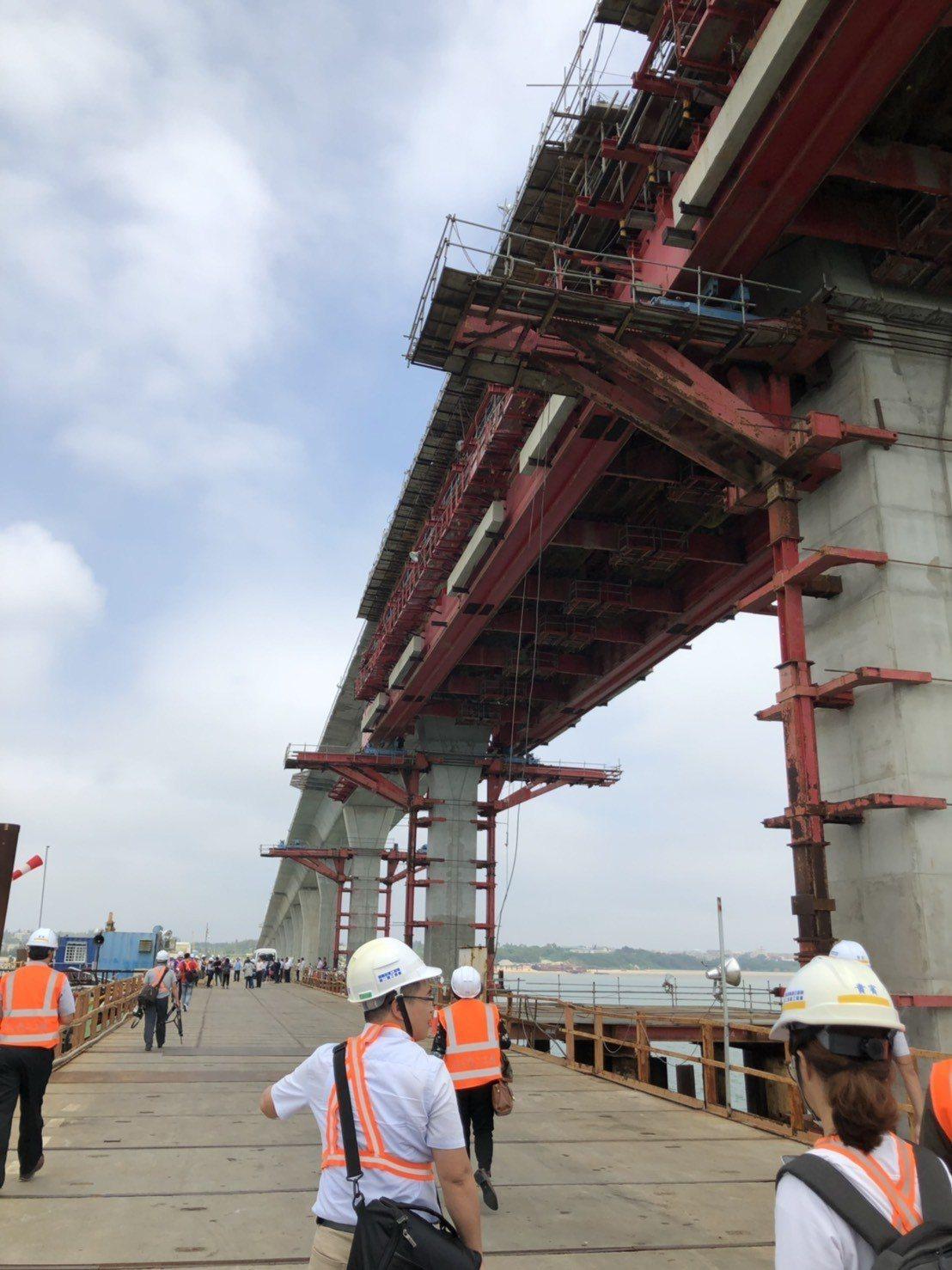 金門大橋工程為國內首座海上脊背式橋梁,施工技術與難度極高。記者蔡家蓁/攝影