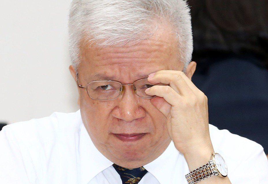 中央銀行副總裁嚴宗大表示,對於台灣經濟成長預測,國外機構的預估值通常比較落後,因為國內機構掌握的資料較多,且「預測時間愈久、結果愈不準」,央行引用的國際機構為IHS Markit,就是因為該機構每月都會更新資料。 記者杜建重/攝影