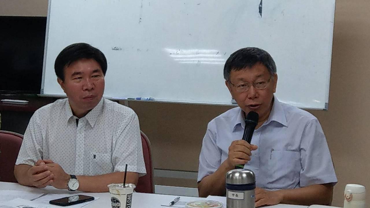 台北市長柯文哲(右)昨赴民進黨議會黨團進行重要法案和議案報告。記者楊正海/攝影