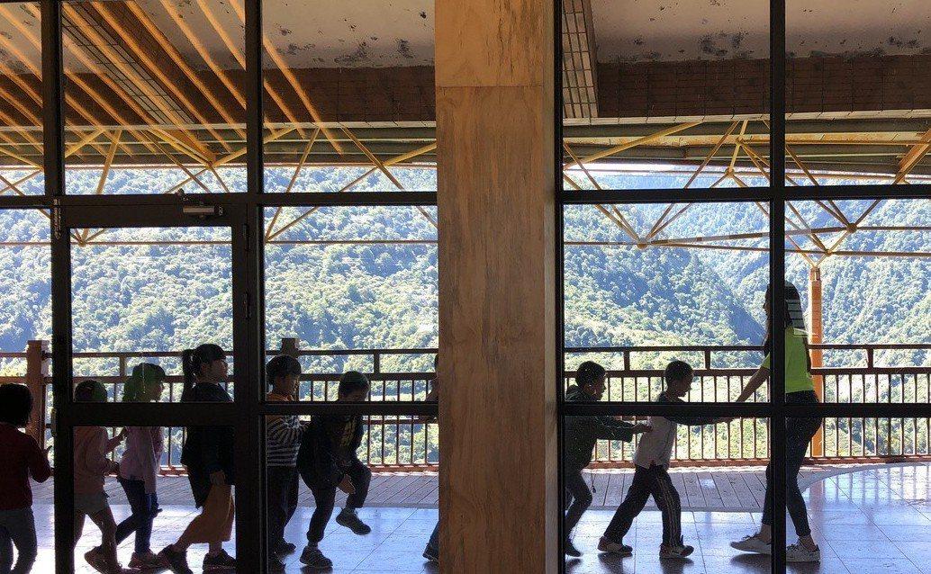 梨山國民中小學把閒置多年的綜合教室,改裝上透明落地窗,學生可在教室內遠眺中央山脈...