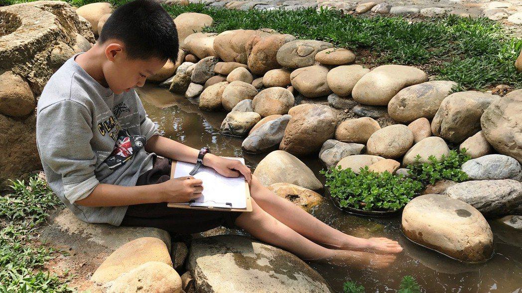 一道湧泉賜予霄裡國小多堂特色課程,例如寫生、心靈課。 圖/霄裡國小提供